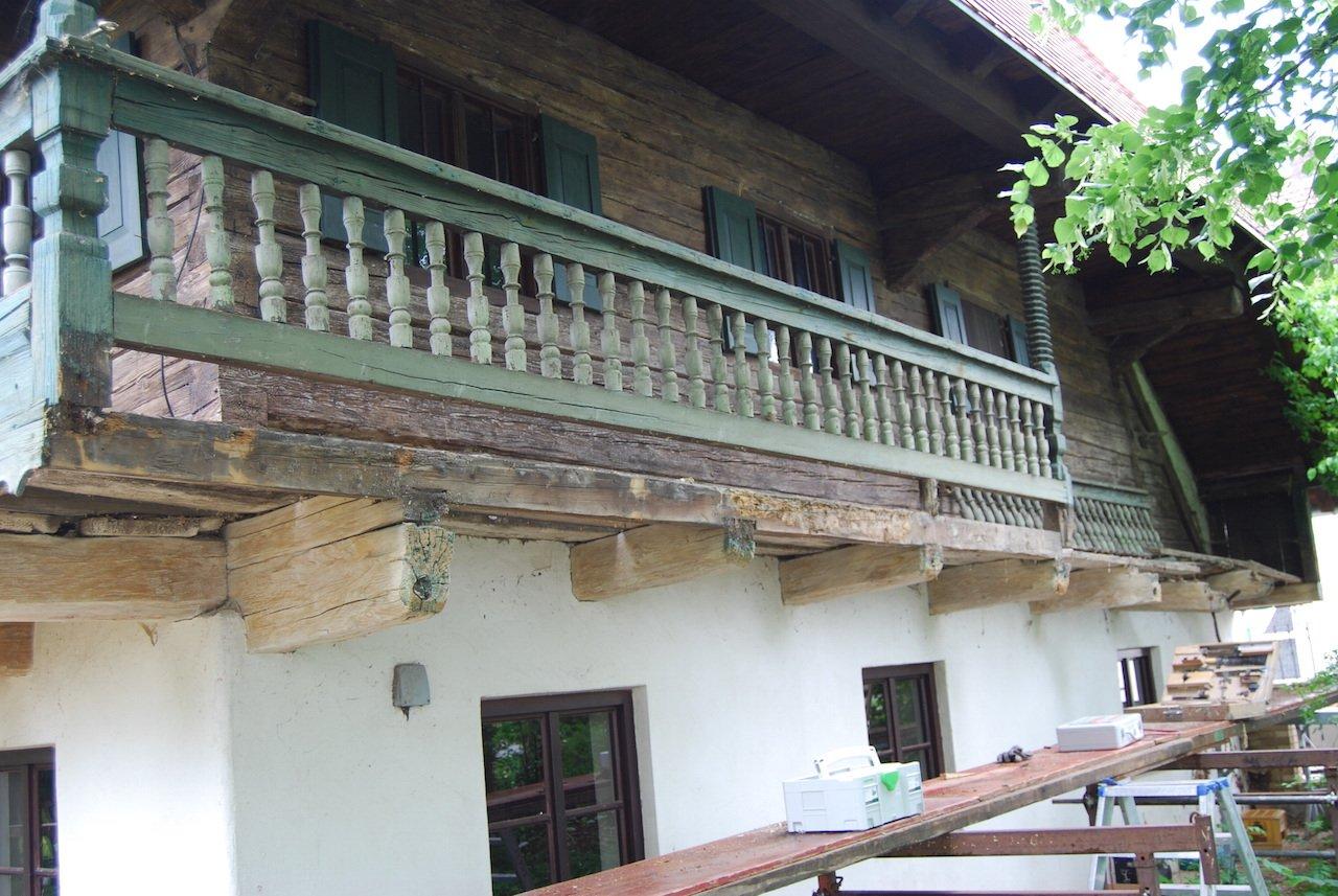 Balkon (umlaufender Schrot) vor der Restaurierung