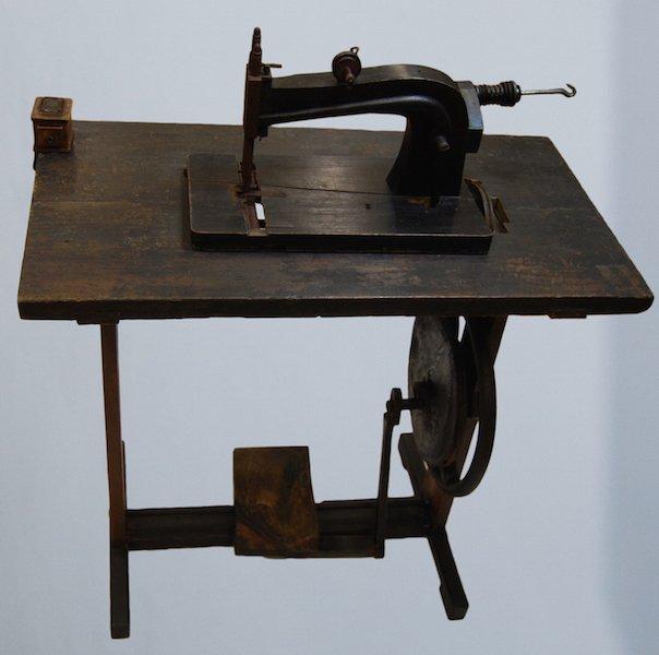 Nähmaschine, 19. Jh., nach der Restaurierung (museal)